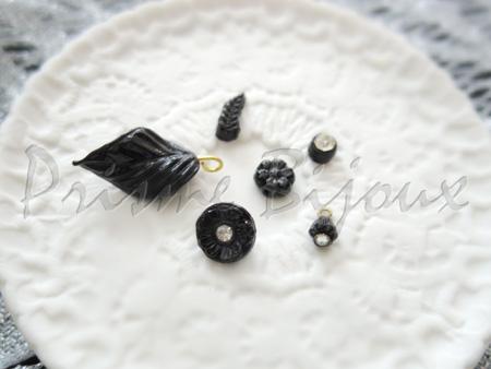 Soir Roséの材料 特別な形のビーズ シャネルのヴィンテージボタンなど